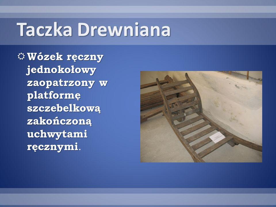 Taczka Drewniana Wózek ręczny jednokołowy zaopatrzony w platformę szczebelkową zakończoną uchwytami ręcznymi.