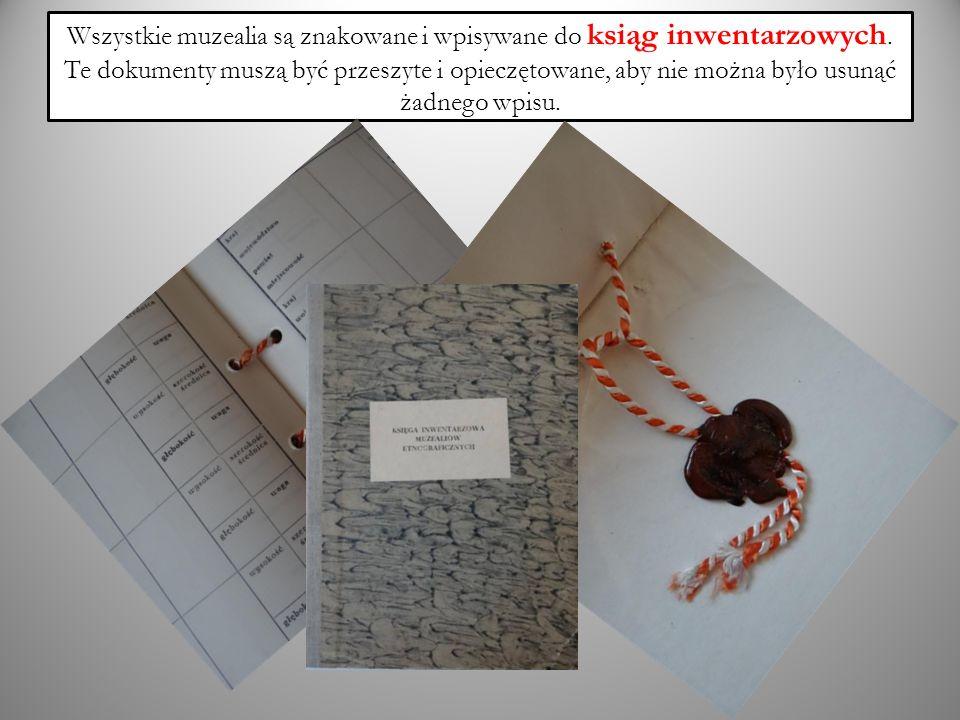 Wszystkie muzealia są znakowane i wpisywane do ksiąg inwentarzowych