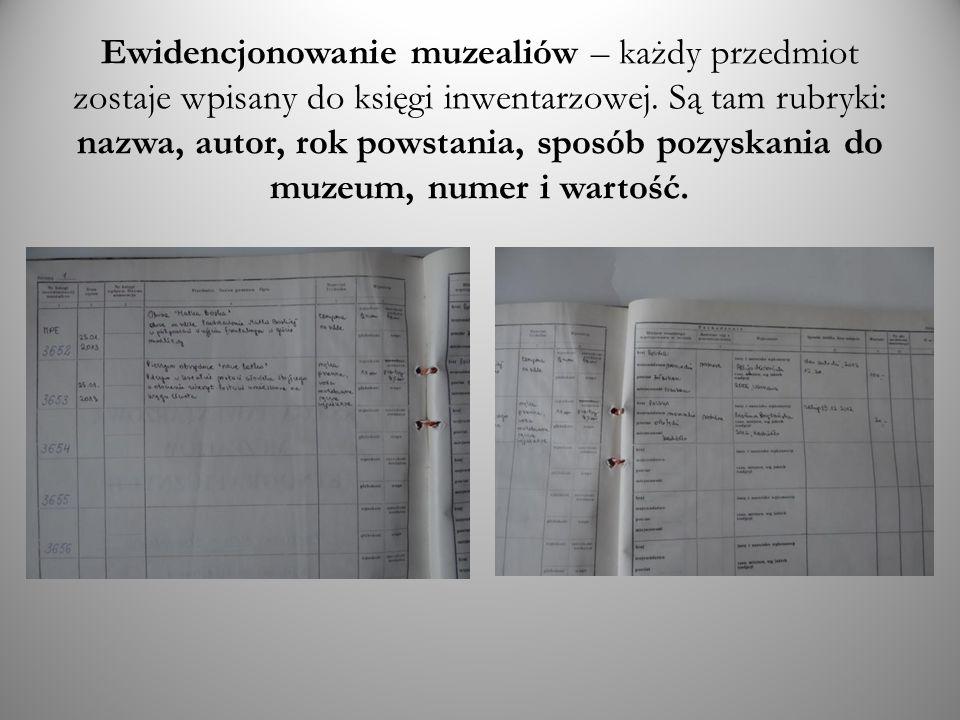 Ewidencjonowanie muzealiów – każdy przedmiot zostaje wpisany do księgi inwentarzowej.