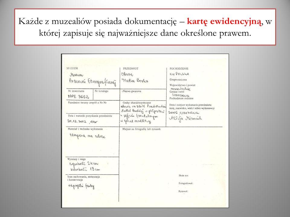 Każde z muzealiów posiada dokumentację – kartę ewidencyjną, w której zapisuje się najważniejsze dane określone prawem.