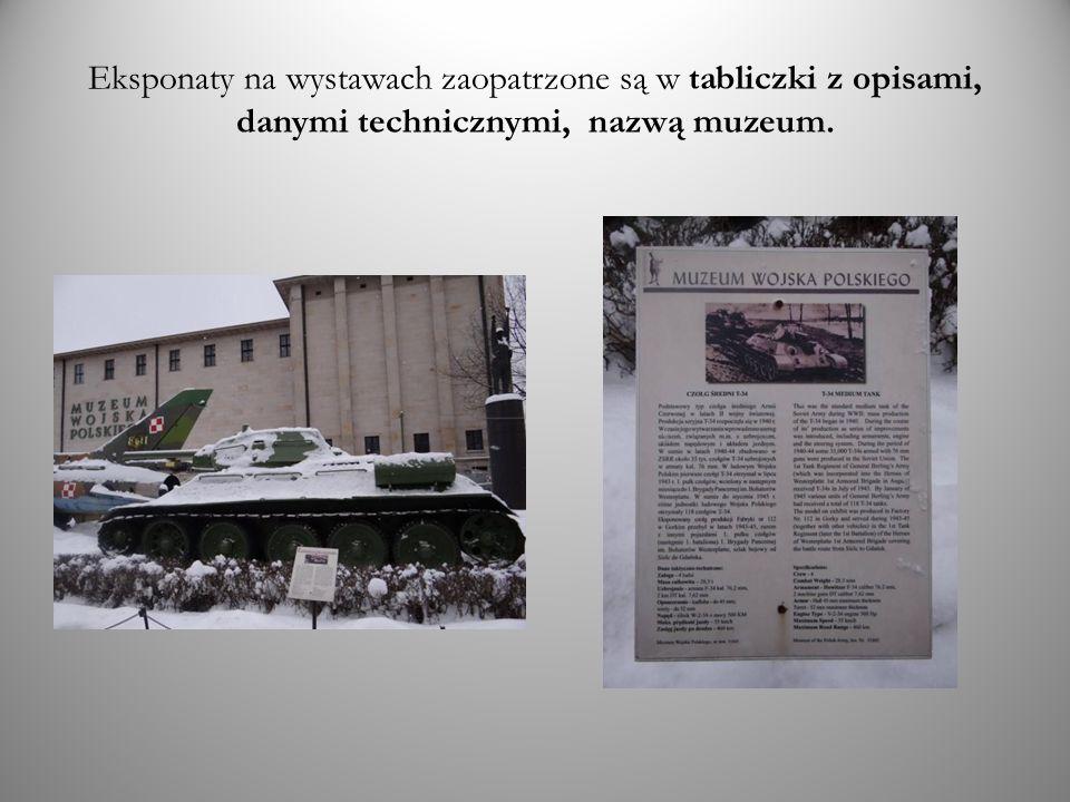Eksponaty na wystawach zaopatrzone są w tabliczki z opisami, danymi technicznymi, nazwą muzeum.