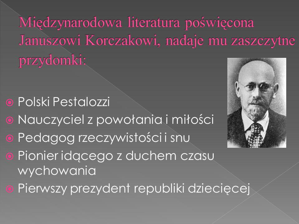 Międzynarodowa literatura poświęcona Januszowi Korczakowi, nadaje mu zaszczytne przydomki: