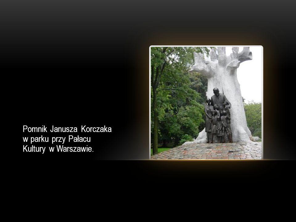 Pomnik Janusza Korczaka w parku przy Pałacu Kultury w Warszawie.
