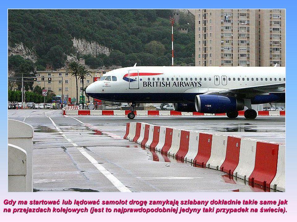 Gdy ma startować lub lądować samolot drogę zamykają szlabany dokładnie takie same jak na przejazdach kolejowych (jest to najprawdopodobniej jedyny taki przypadek na świecie).
