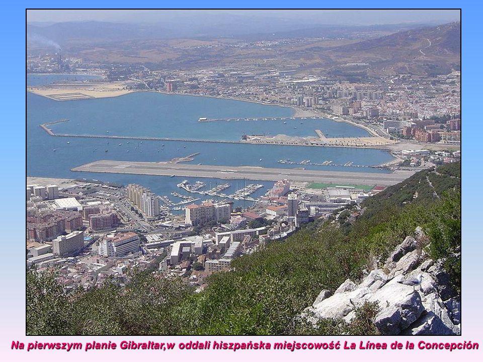Na pierwszym planie Gibraltar,w oddali hiszpańska miejscowość La Línea de la Concepción