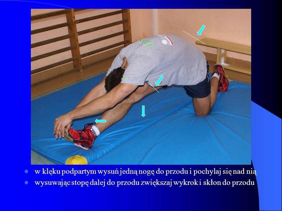w klęku podpartym wysuń jedną nogę do przodu i pochylaj się nad nią