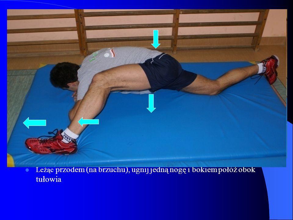 Leżąc przodem (na brzuchu), ugnij jedną nogę i bokiem połóż obok tułowia