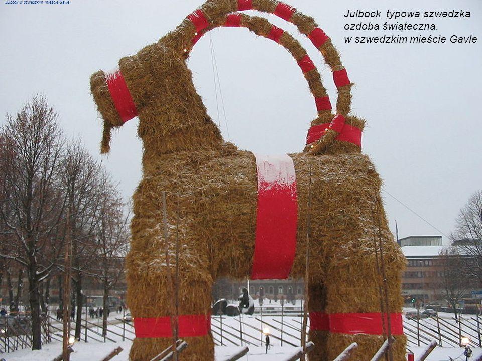 Julbock typowa szwedzka ozdoba świąteczna. w szwedzkim mieście Gavle