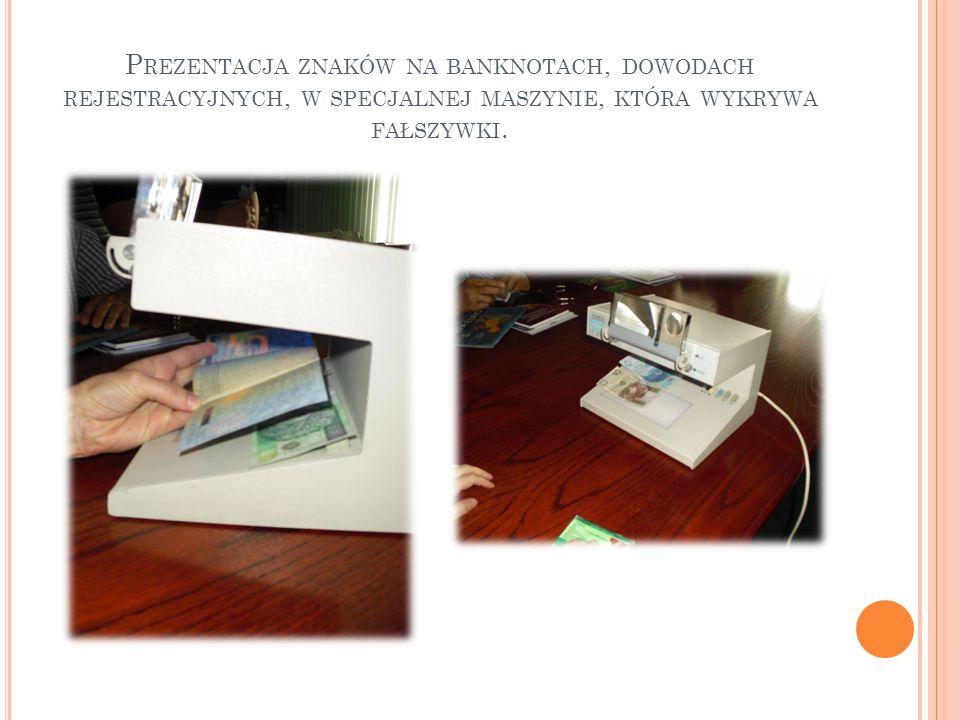 Prezentacja znaków na banknotach, dowodach rejestracyjnych, w specjalnej maszynie, która wykrywa fałszywki.