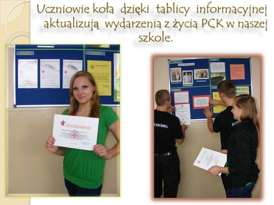 Uczniowie koła dzięki tablicy informacyjnej aktualizują wydarzenia z życia PCK w naszej szkole.