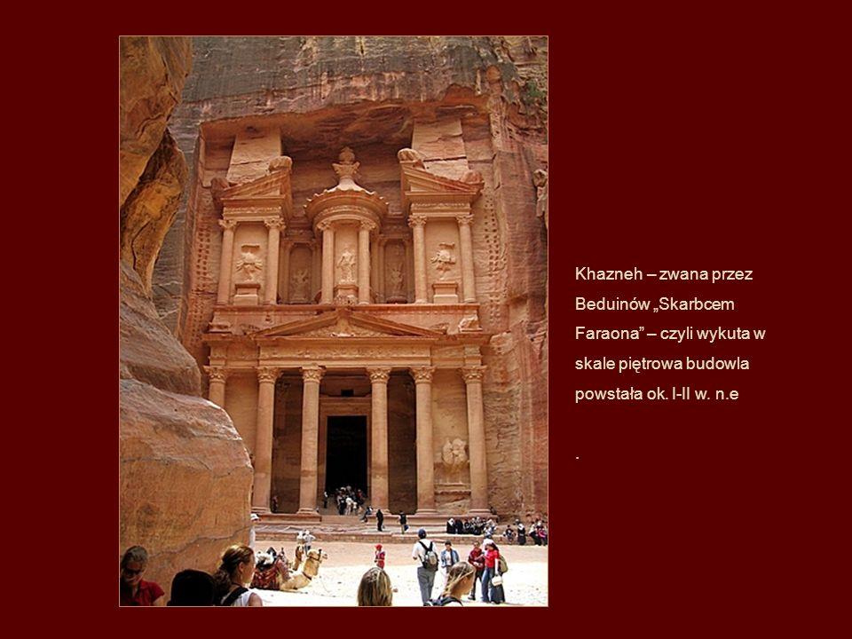 """Khazneh – zwana przez Beduinów """"Skarbcem Faraona – czyli wykuta w skale piętrowa budowla powstała ok. I-II w. n.e"""