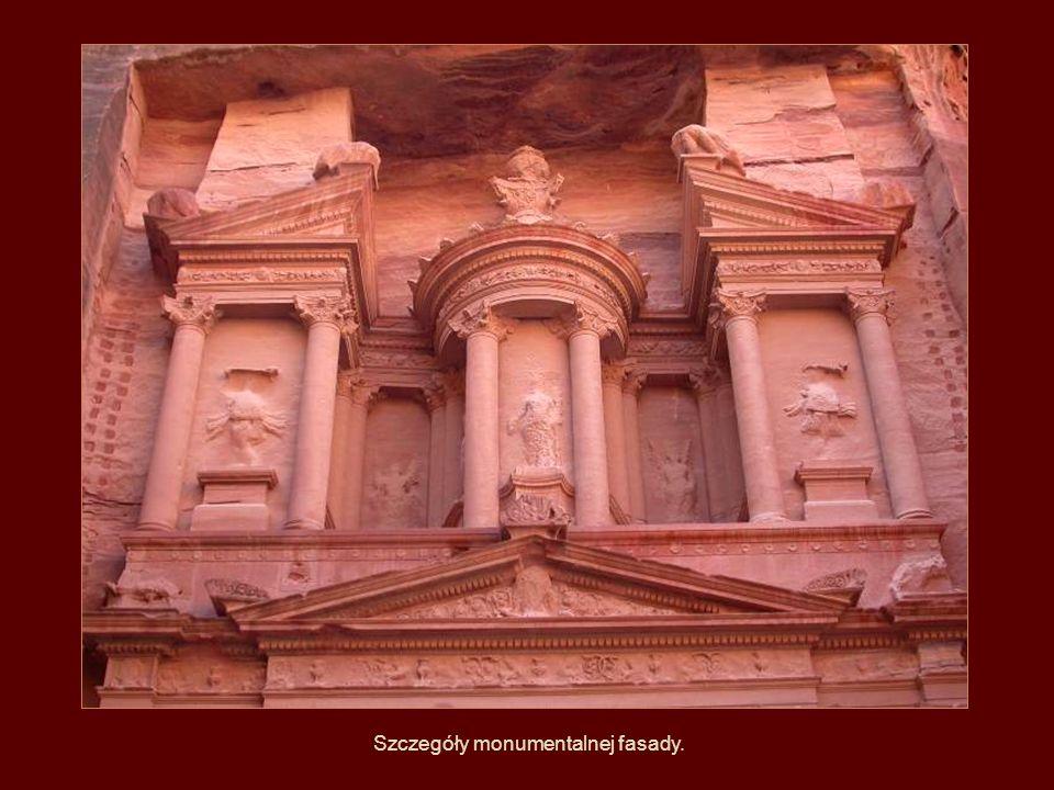 Szczegóły monumentalnej fasady.