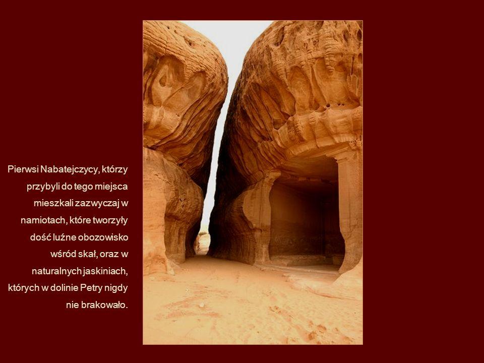Pierwsi Nabatejczycy, którzy przybyli do tego miejsca mieszkali zazwyczaj w namiotach, które tworzyły dość luźne obozowisko wśród skał, oraz w naturalnych jaskiniach, których w dolinie Petry nigdy nie brakowało.