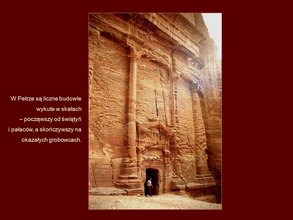 W Petrze są liczne budowle wykute w skałach – począwszy od świątyń i pałaców, a skończywszy na okazałych grobowcach.