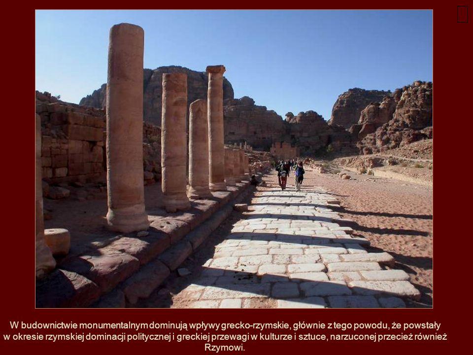 W budownictwie monumentalnym dominują wpływy grecko-rzymskie, głównie z tego powodu, że powstały w okresie rzymskiej dominacji politycznej i greckiej przewagi w kulturze i sztuce, narzuconej przecież również Rzymowi.