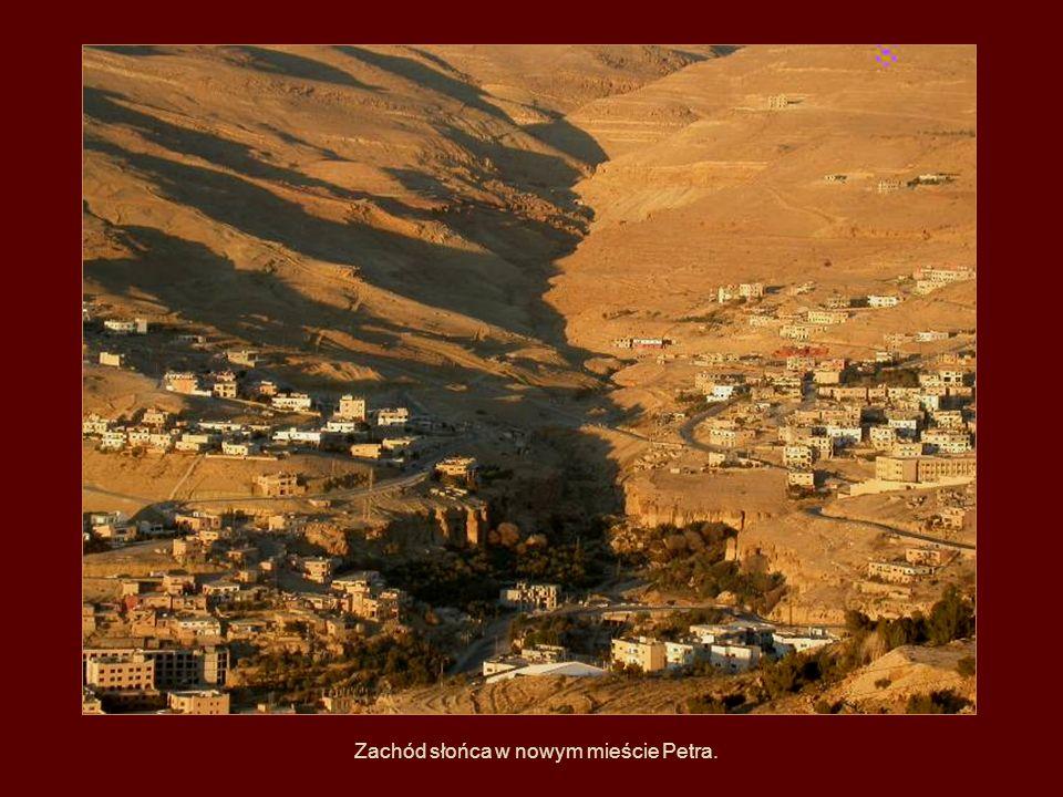 Zachód słońca w nowym mieście Petra.