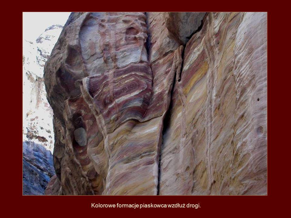 Kolorowe formacje piaskowca wzdłuż drogi.