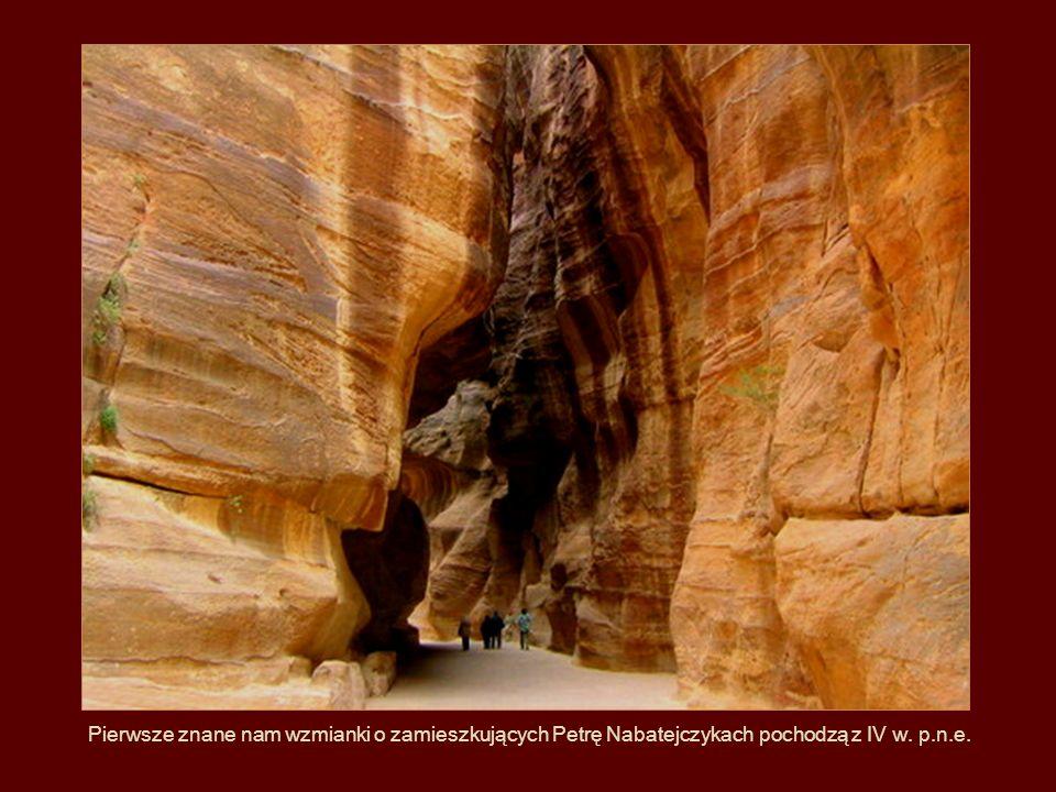 Pierwsze znane nam wzmianki o zamieszkujących Petrę Nabatejczykach pochodzą z IV w. p.n.e.