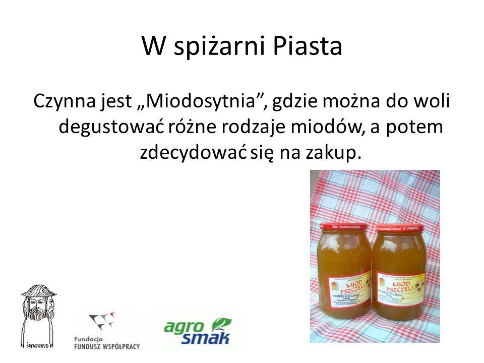 """W spiżarni PiastaCzynna jest """"Miodosytnia , gdzie można do woli degustować różne rodzaje miodów, a potem zdecydować się na zakup."""