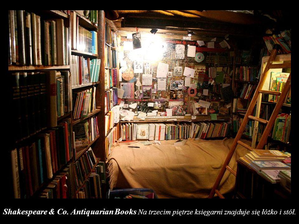Shakespeare & Co. Antiquarian Books Na trzecim piętrze księgarni znajduje się łóżko i stół.