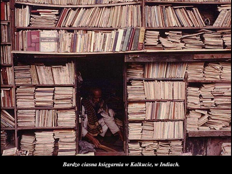 Bardzo ciasna księgarnia w Kalkucie, w Indiach.
