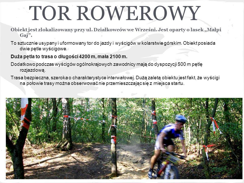 """TOR ROWEROWY Obiekt jest zlokalizowany przy ul. Działkowców we Wrześni. Jest oparty o lasek """"Małpi Gaj ."""