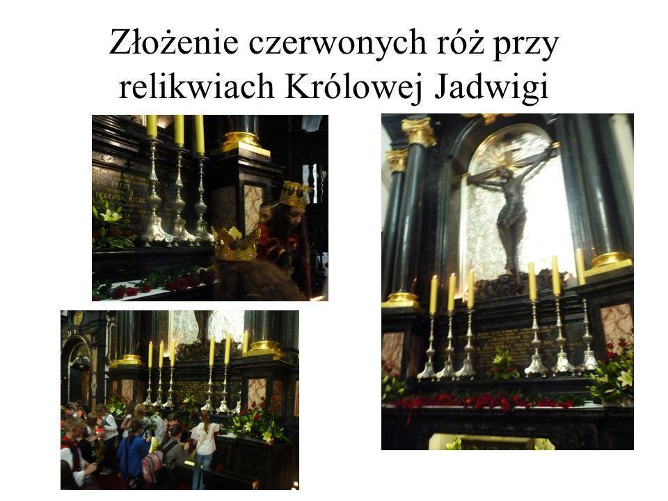 Złożenie czerwonych róż przy relikwiach Królowej Jadwigi