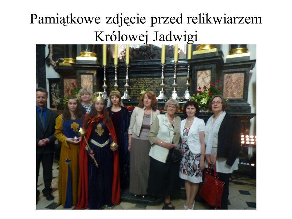 Pamiątkowe zdjęcie przed relikwiarzem Królowej Jadwigi