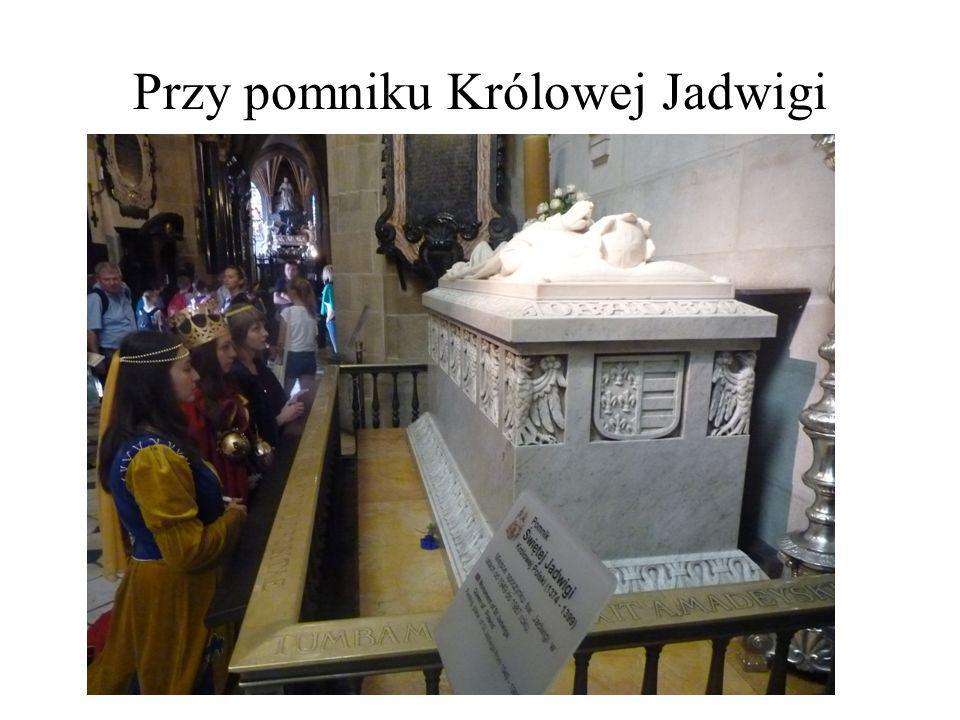 Przy pomniku Królowej Jadwigi
