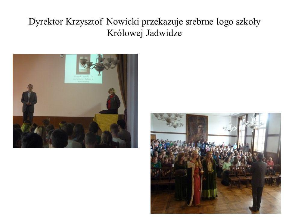 Dyrektor Krzysztof Nowicki przekazuje srebrne logo szkoły Królowej Jadwidze