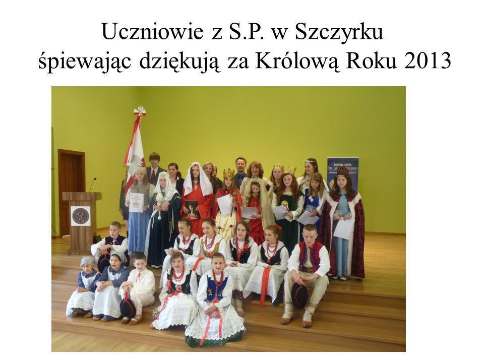 Uczniowie z S.P. w Szczyrku śpiewając dziękują za Królową Roku 2013