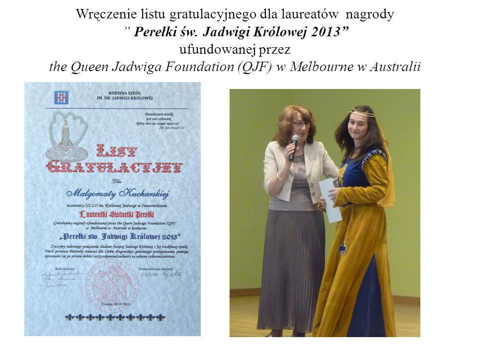 Wręczenie listu gratulacyjnego dla laureatów nagrody Perełki św