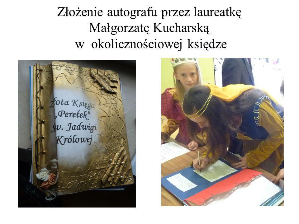 Złożenie autografu przez laureatkę Małgorzatę Kucharską w okolicznościowej księdze