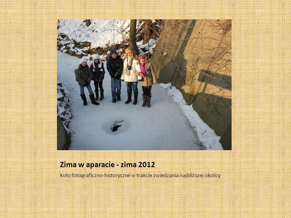 Zima w aparacie - zima 2012 Koło fotograficzno-historyczne w trakcie zwiedzania najbliższej okolicy