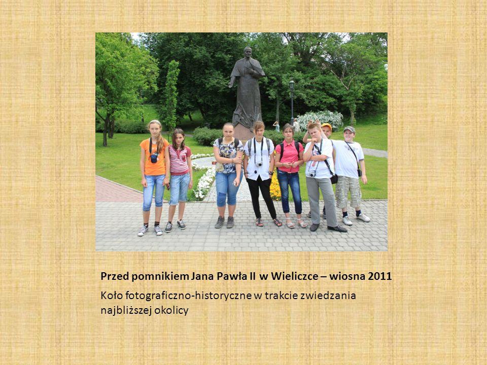 Przed pomnikiem Jana Pawła II w Wieliczce – wiosna 2011