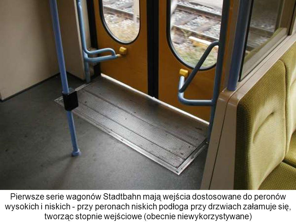 Pierwsze serie wagonów Stadtbahn mają wejścia dostosowane do peronów wysokich i niskich - przy peronach niskich podłoga przy drzwiach załamuje się, tworząc stopnie wejściowe (obecnie niewykorzystywane)