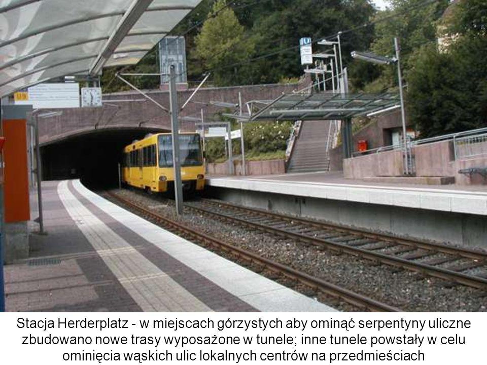 Stacja Herderplatz - w miejscach górzystych aby ominąć serpentyny uliczne zbudowano nowe trasy wyposażone w tunele; inne tunele powstały w celu ominięcia wąskich ulic lokalnych centrów na przedmieściach