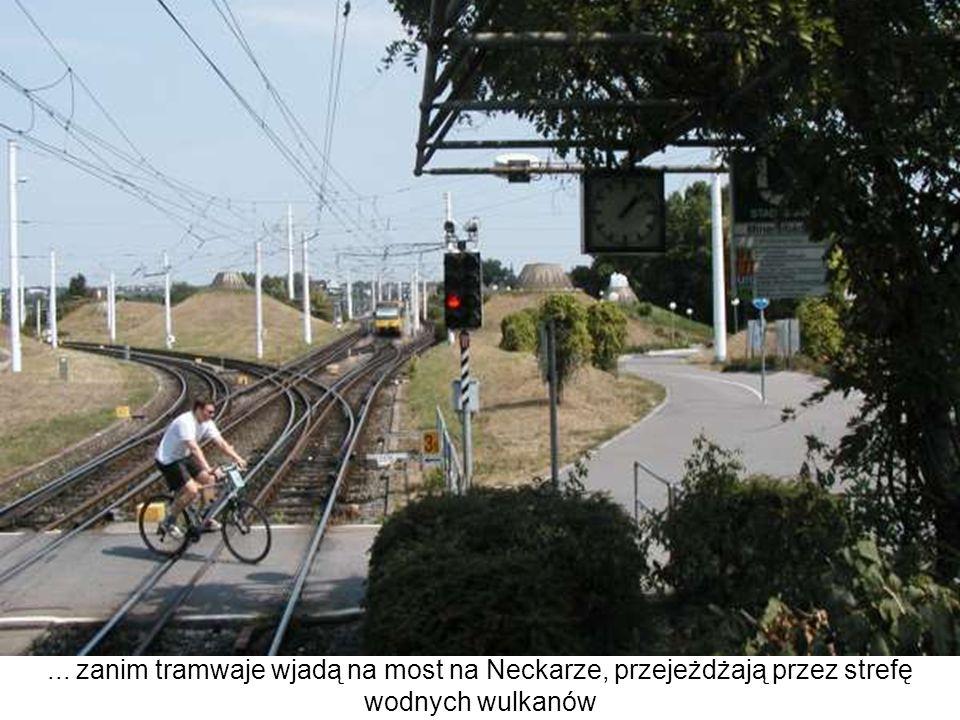 ... zanim tramwaje wjadą na most na Neckarze, przejeżdżają przez strefę wodnych wulkanów