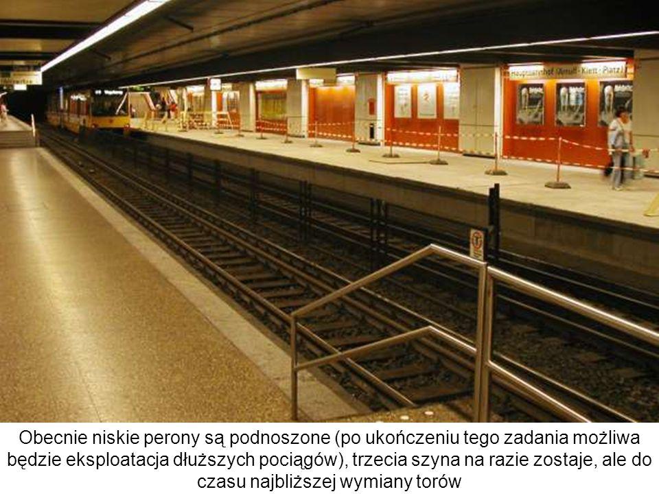 Obecnie niskie perony są podnoszone (po ukończeniu tego zadania możliwa będzie eksploatacja dłuższych pociągów), trzecia szyna na razie zostaje, ale do czasu najbliższej wymiany torów