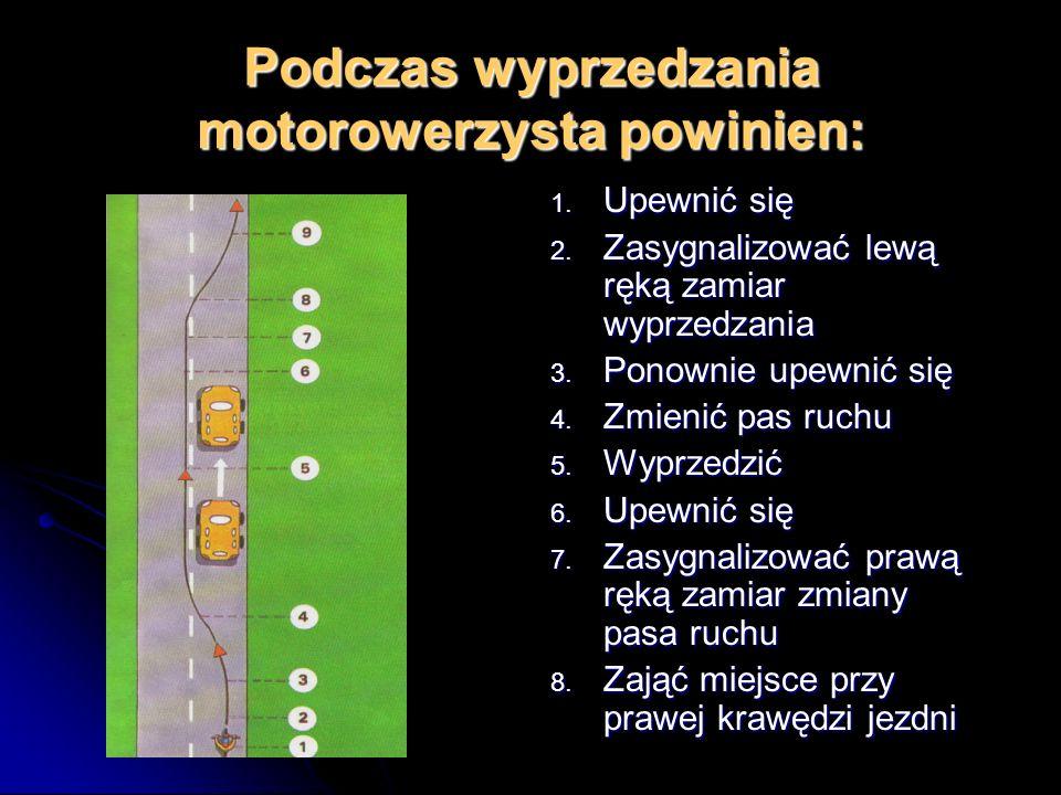 Podczas wyprzedzania motorowerzysta powinien: