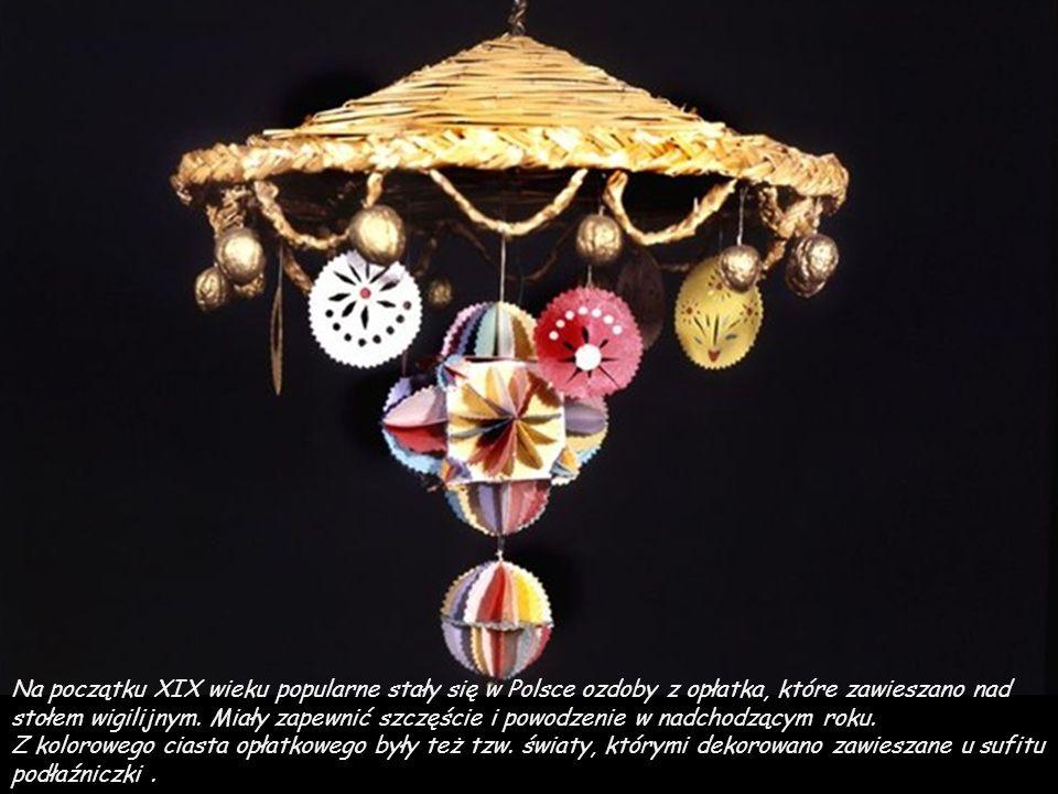 Na początku XIX wieku popularne stały się w Polsce ozdoby z opłatka, które zawieszano nad stołem wigilijnym. Miały zapewnić szczęście i powodzenie w nadchodzącym roku.
