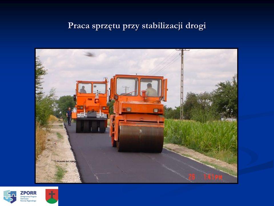 Praca sprzętu przy stabilizacji drogi