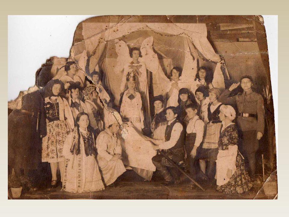 Scenka przedstawiająca występ młodzieży w jasełkach