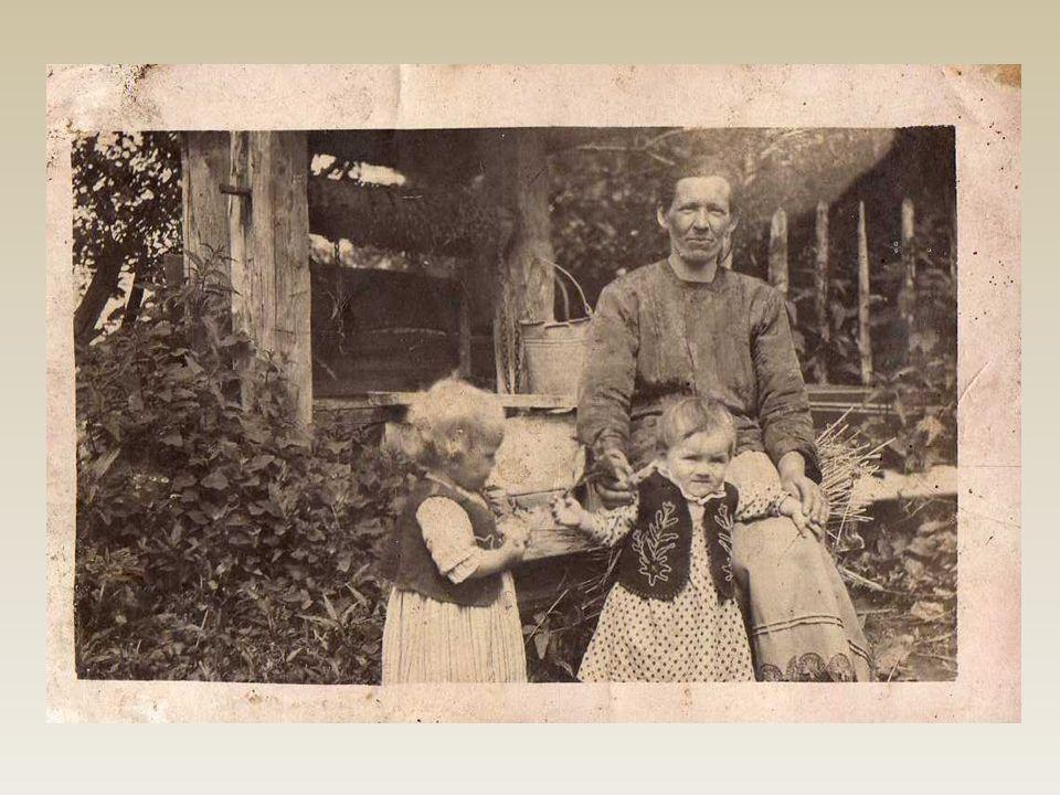 Pani Aniela Korpak wraz ze swoimi dziećmi w czasie chrztu swego syna Tadeusza. Zdjęcie z 1944r.