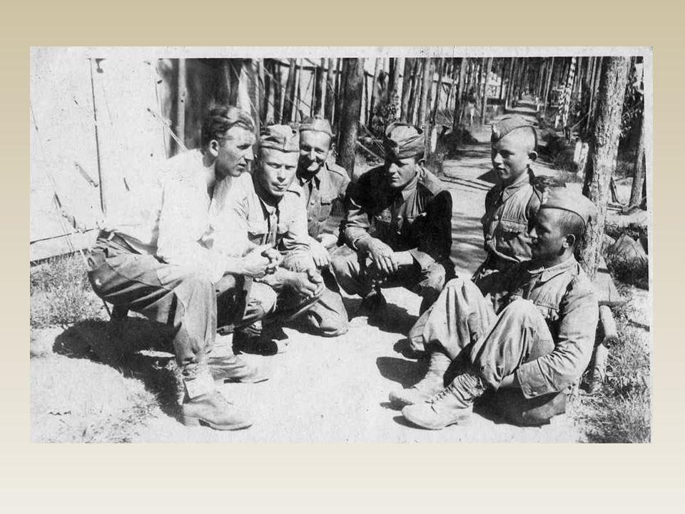 Radzieccy żołnierze, stacjonujący w lasach niedaleko Mnikowa, uchwyceni na fotografii z 1941r.