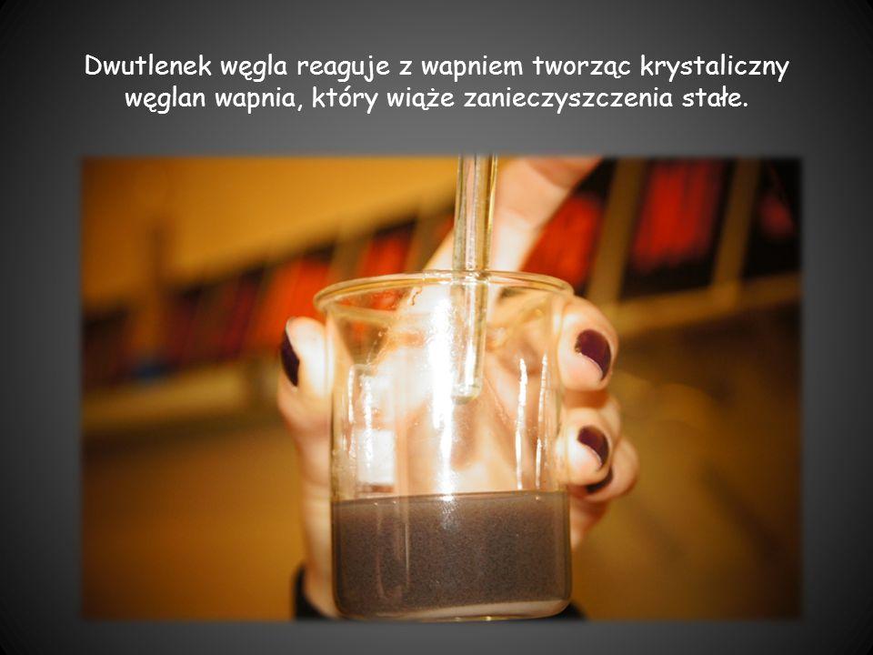 Dwutlenek węgla reaguje z wapniem tworząc krystaliczny węglan wapnia, który wiąże zanieczyszczenia stałe.