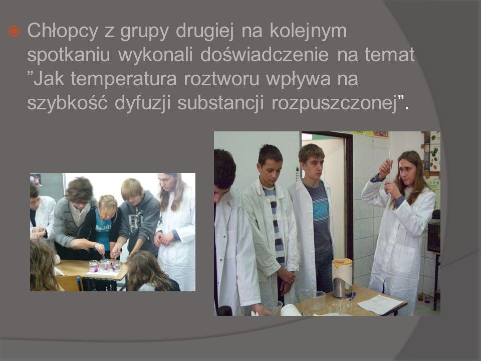 Chłopcy z grupy drugiej na kolejnym spotkaniu wykonali doświadczenie na temat Jak temperatura roztworu wpływa na szybkość dyfuzji substancji rozpuszczonej .