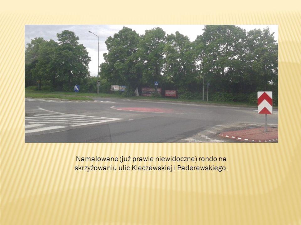 Namalowane (już prawie niewidoczne) rondo na skrzyżowaniu ulic Kleczewskiej i Paderewskiego,