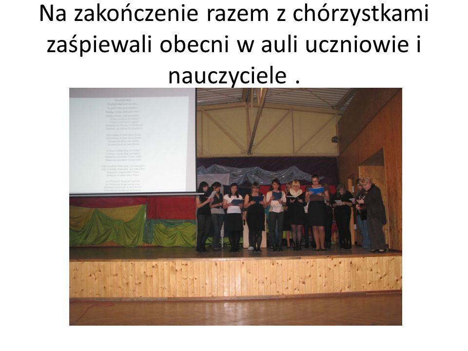 Na zakończenie razem z chórzystkami zaśpiewali obecni w auli uczniowie i nauczyciele .