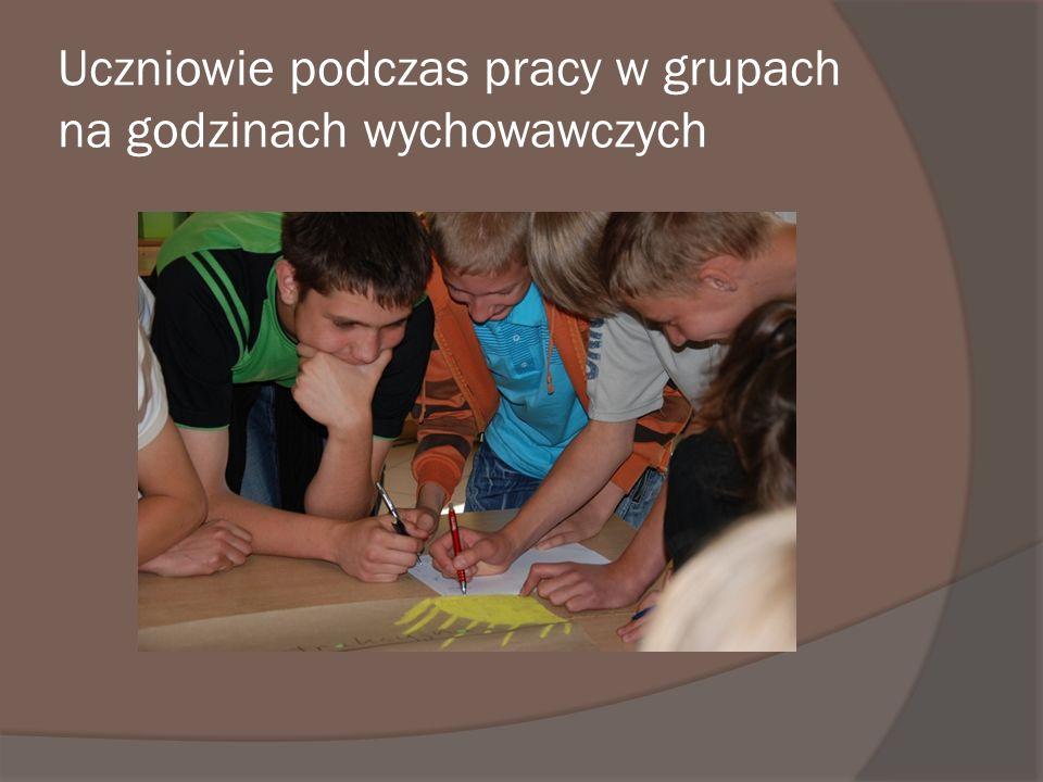 Uczniowie podczas pracy w grupach na godzinach wychowawczych